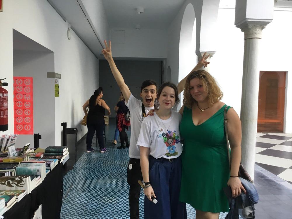 El photobomb que nos hizo Daniel de organización a Belén y a mí en la Andalucia Reader Con_Adriana Tejada Escritora